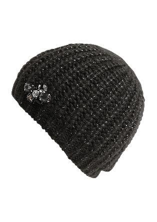 Pletena kapa z okrasnimi kamenčki