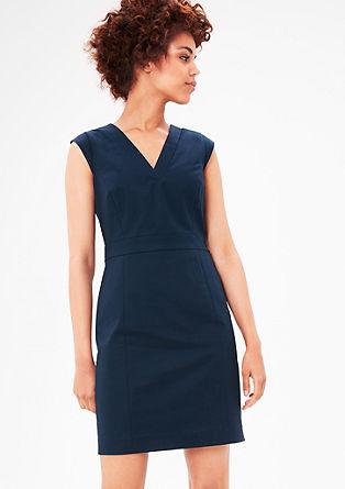 Pouzdrové šaty se špičatým výstřihem