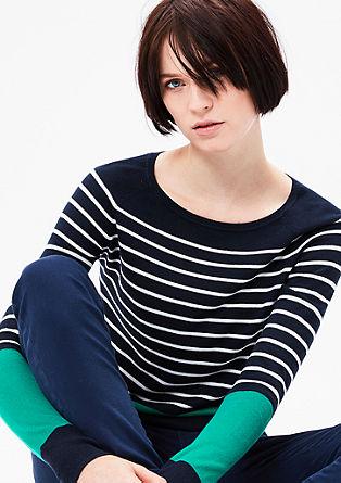 pruhovaný pulovr s kontrastními pruhy