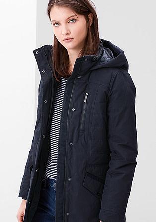 Puhastna jakna, ki lepo poudari postavo