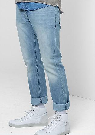 Raven kroj Pete: raztegljive jeans hlače v ponošenem videzu