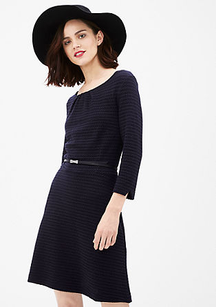 Raztegljiva obleka s teksturnim vzorem