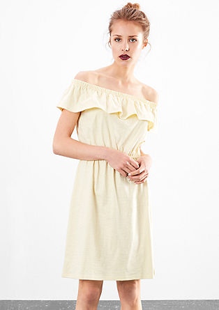 Šaty sodhalenými rameny ze slubové příze