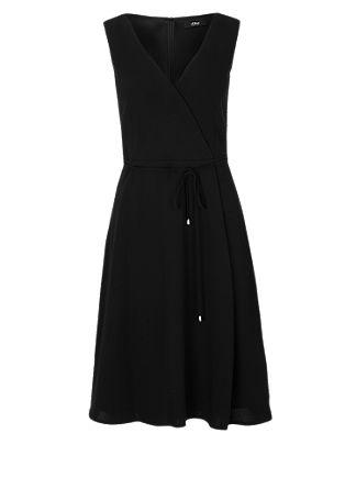 Schwingendes Kleid mit V-Neck