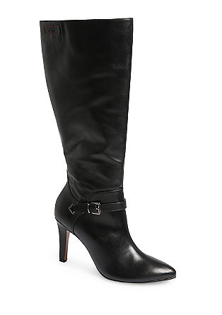 Spitze Stiefel aus glattem Kunstleder