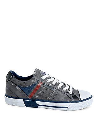Športni čevlji z dinamičnimi črtami