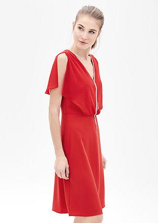 Večplastna obleka z detajlom z verižico