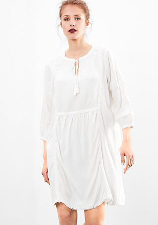 Viskozna obleka s podrobnostmi v etno slogu