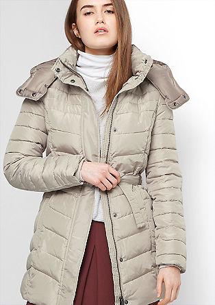 Vrouwelijke gewatteerde mantel
