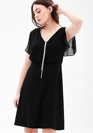 Vrstvené šaty s řetízkovým detailem