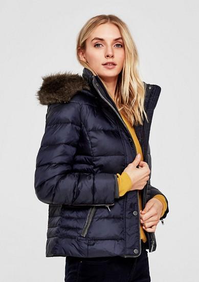 Getailleerde donzen jas met paspels