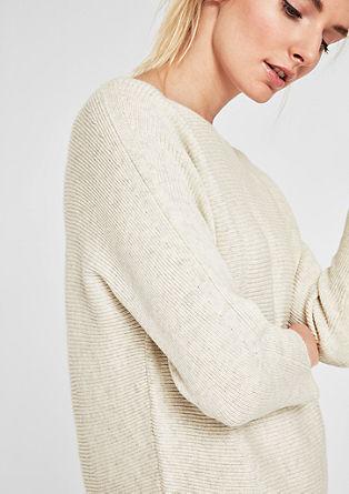 Pletený pulovr sžebrovou strukturou