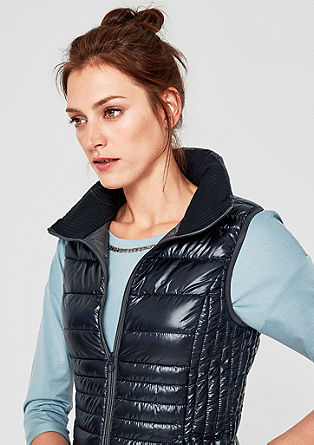 Outdoorová vesta s péřovým vzhledem