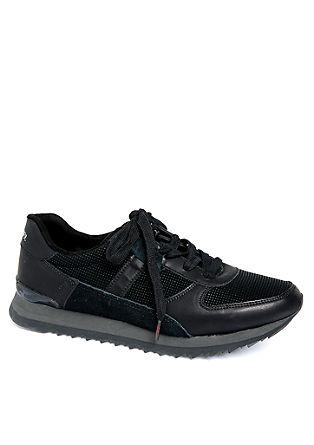 Sneaker im Materialmix