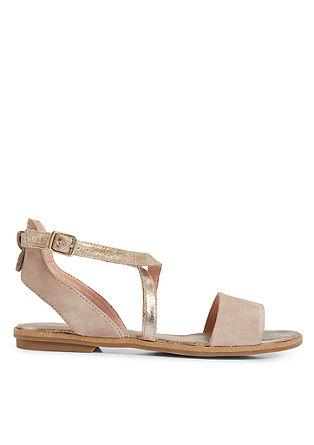 Sandalen im trendigen Materialmix