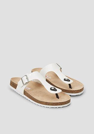 Sandali s paščki med prsti, lakastega videza