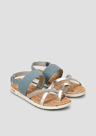 Sandalen im Materialmix