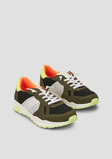 Retro-Sneaker mit Neon-Details