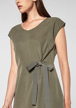Elegantna obleka iz liocela z vozlastim detajlom