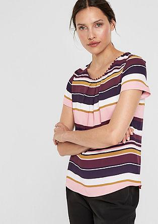 Vrouwelijke blouse met geschulpt randje