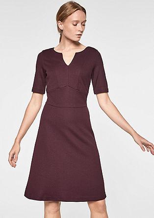 Elegantní šaty se strukturovaným vzorem