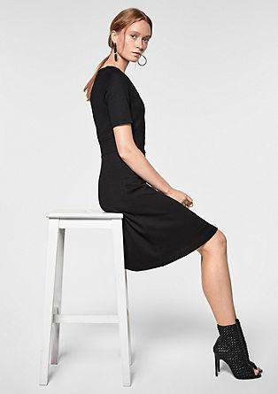 Elegante jurk met gestructureerd motief