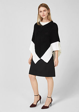 Strickponcho in Black and White
