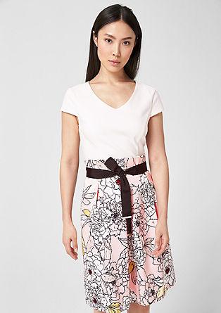 Accentuerende jurk van een materiaalmix