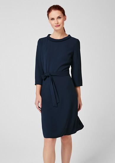 Schimmerndes Kleid mit Bindegürtel