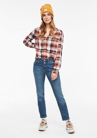 Smart Straight: Jeans mit zwei Knöpfen