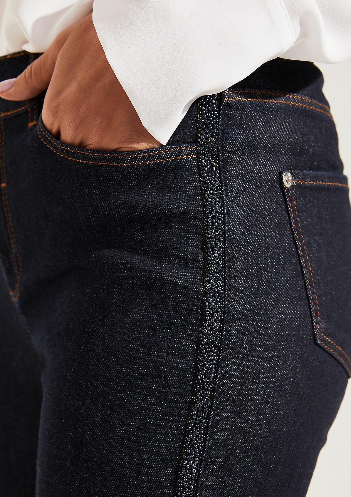 Jeans mit glitzernden Schmuckperlenverzierungen