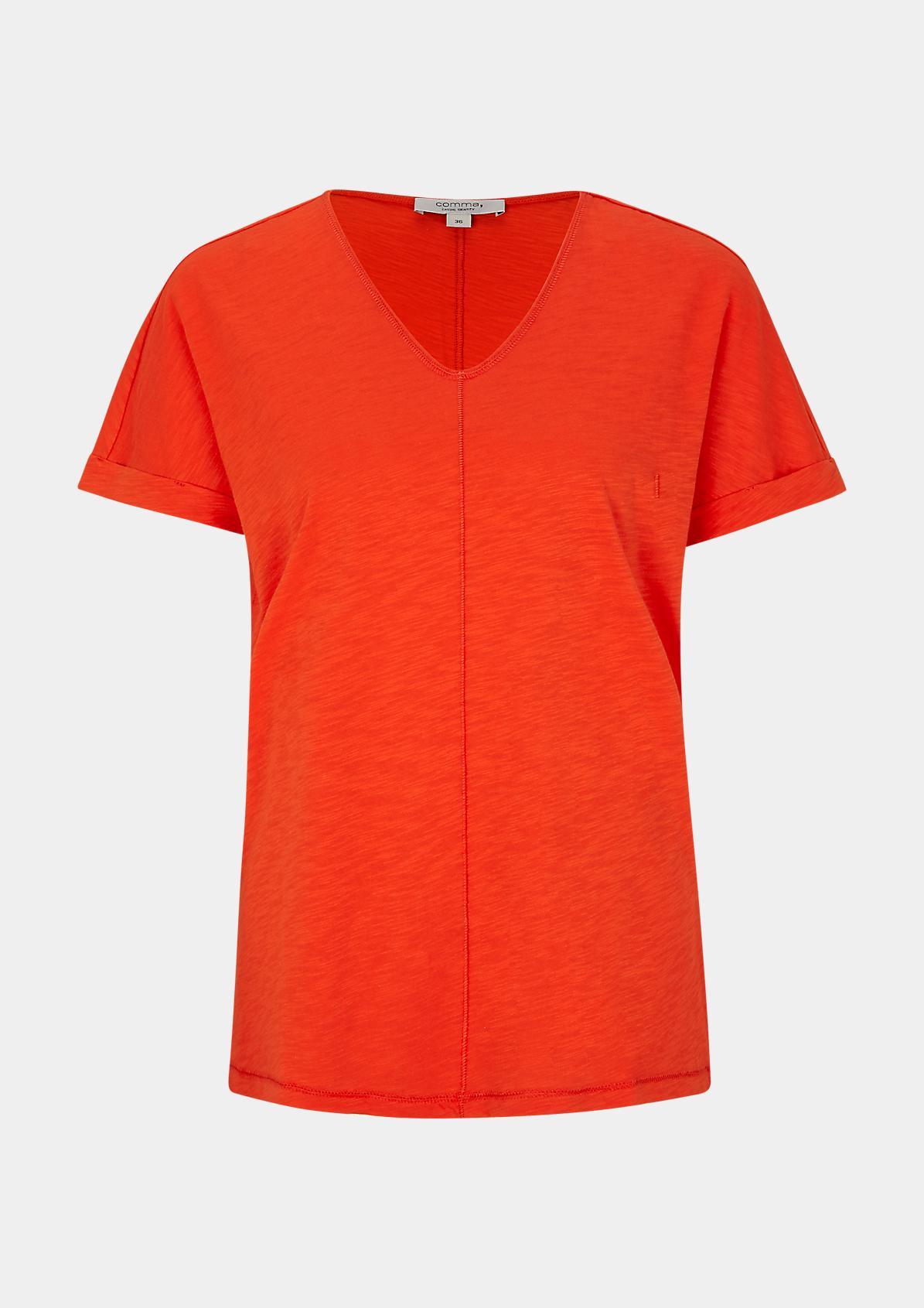 comma Slub yarn top with a V-neckline logo