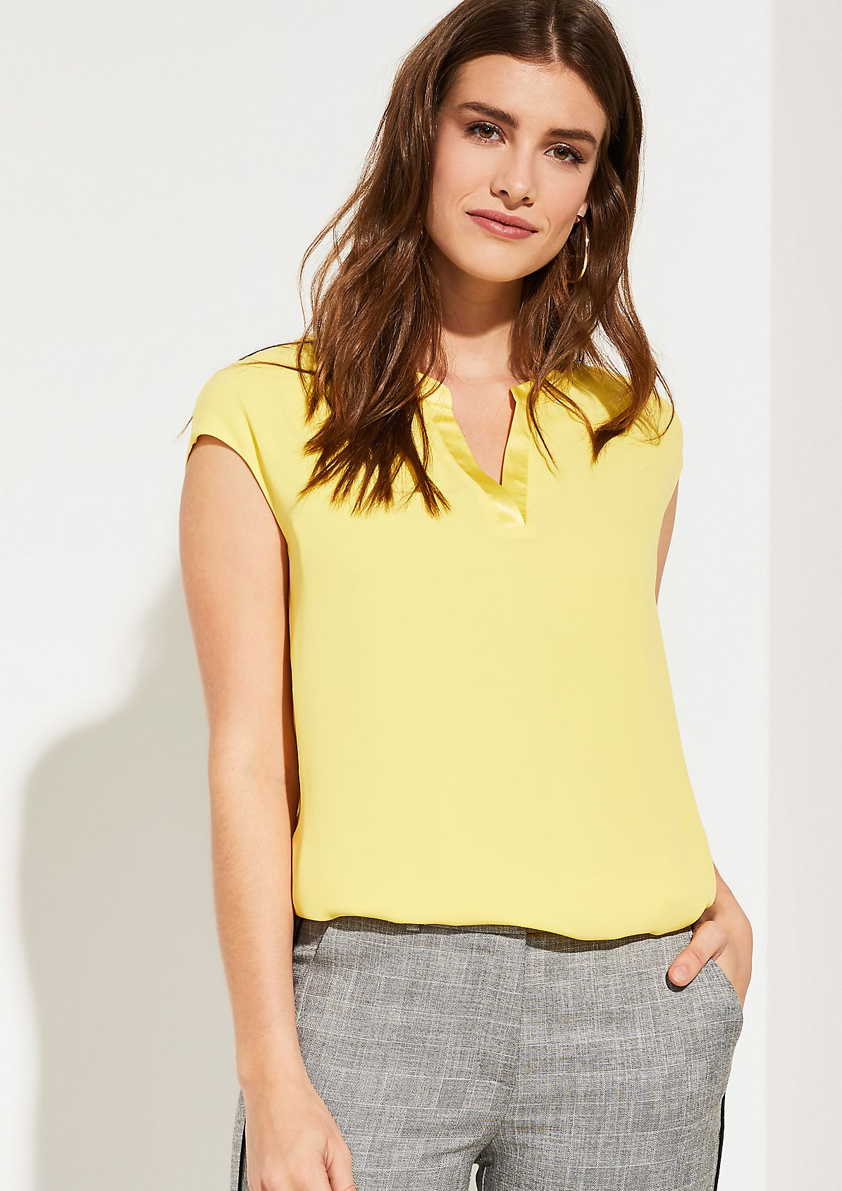 Top with a notch neckline from comma