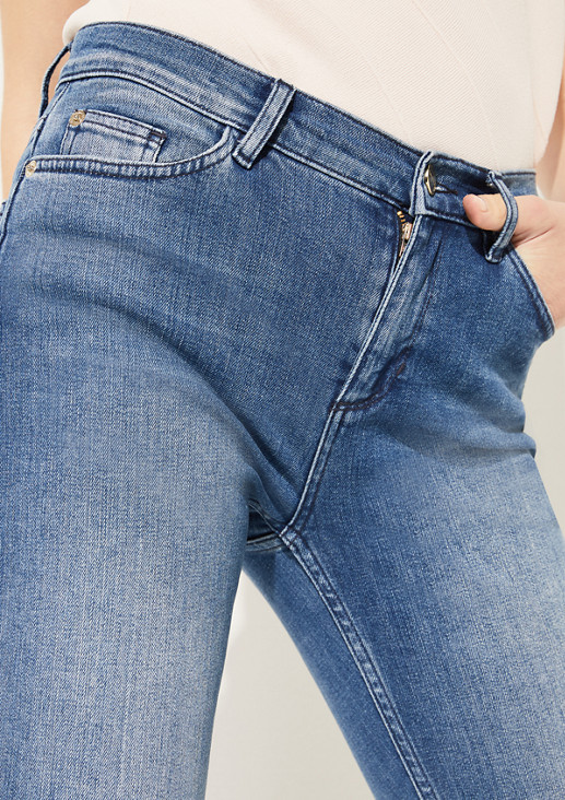 Jeans im rougher Used-Waschung