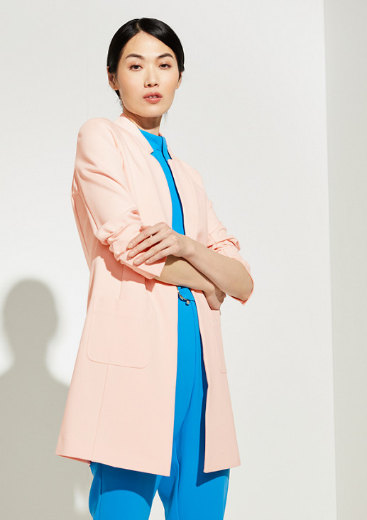 Coat with a geometric collar from comma