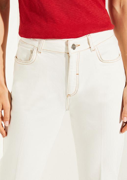 Helle Jeans mit Bügelfalten