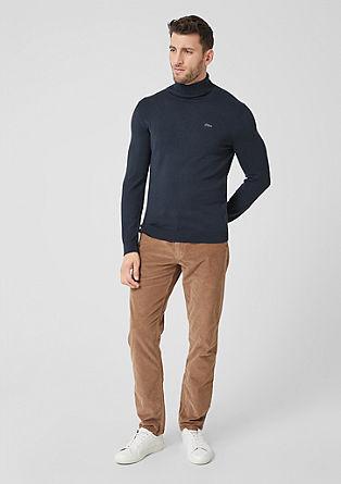 Lehký pulovr srolákovým límcem