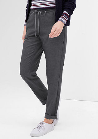 Smart chino: broek met sportief design en visgraatlook