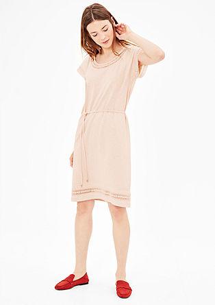 Obleka iz džersija s kvačkanimi detajli