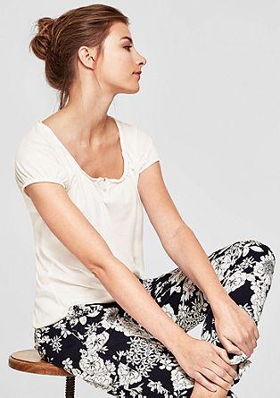 Vrouwelijk shirt met een O-shape