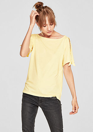Majica iz džersija z izrezanimi deli