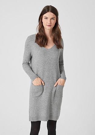 Šaty z měkké jemné pleteniny se špičatým výstřihem