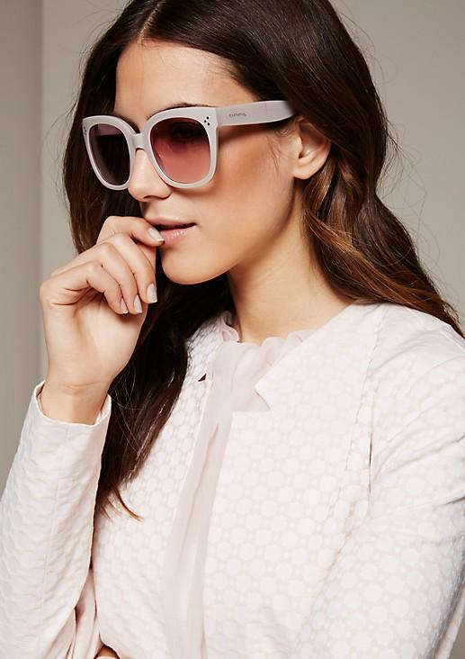 Feminine Sonnenbrille mit extrabreiten Bügeln