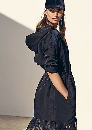 Hedvábně lesklý kabát slímcem