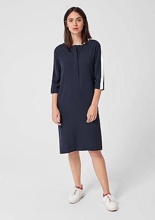 Obleka s kontrastnimi črtami