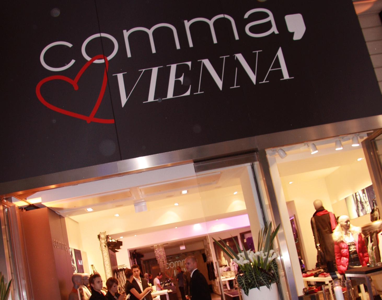 comma online store deutschland about comma. Black Bedroom Furniture Sets. Home Design Ideas