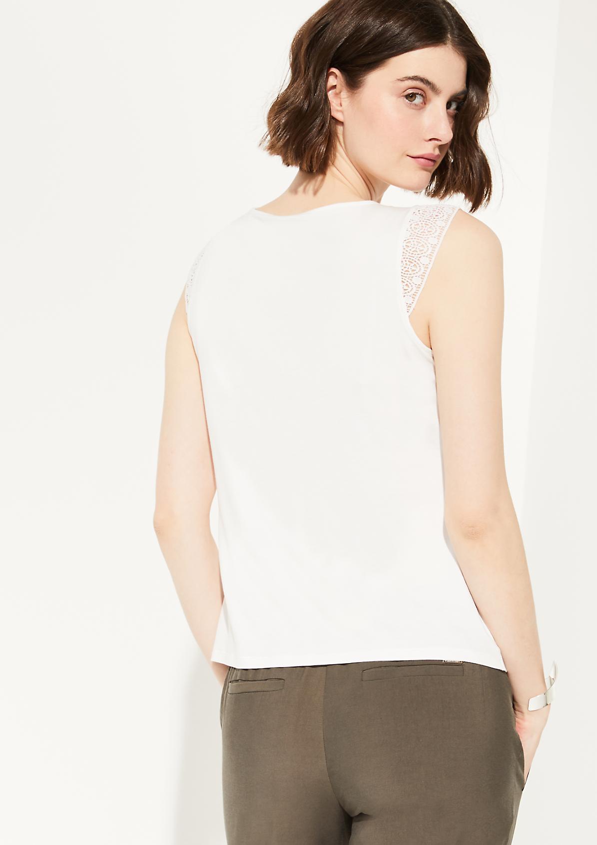 Materialmix-Shirt mit Häkelspitze