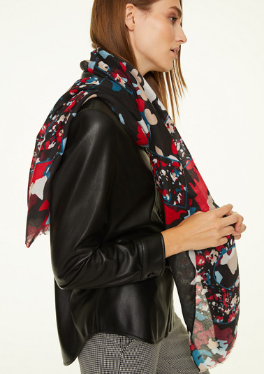 Scarf with fashionable all-over print from comma