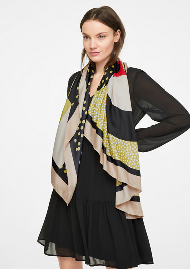 Scarf with an all-over print from comma