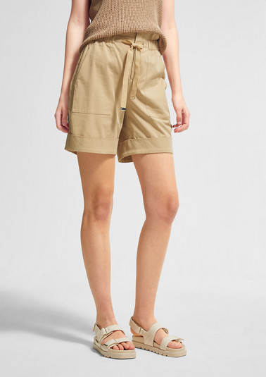 Elegant Bermudas with a tie-around belt from comma